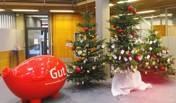 Geschenkübergabe Aktion Weihnachtswünschebaum